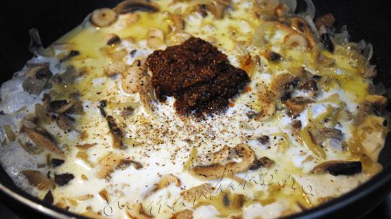 Ravioli cu ciuperci si sos cremos de rosii uscate in soare