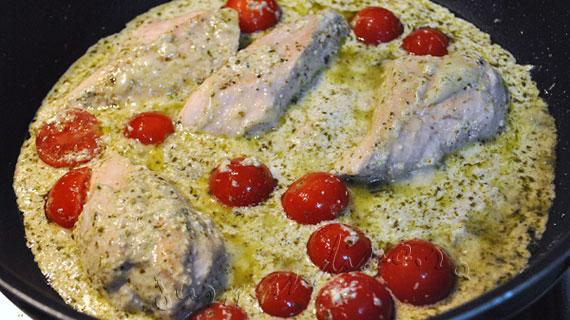 Pui mediteranean cu sos pesto si parmezan