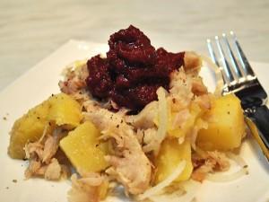 Articole culinare : Salata de cartofi cu peste afumat si sfecla rosie
