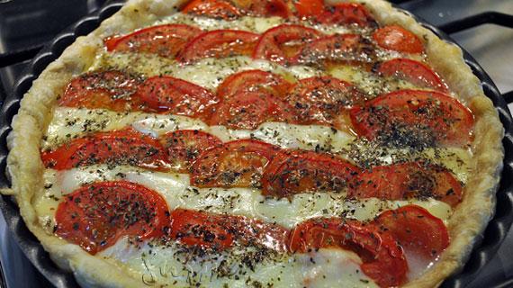 Tarta mediteraneana cu mozzarella si rosii