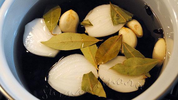 Fasole neagra pe pat de orez cu sofran