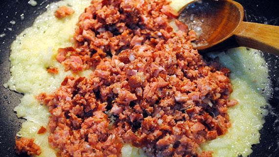 Coltunasi cu stafide si carnati afumati