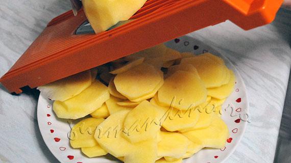 Gratin de cartofi cu branza Gruyere si salvie