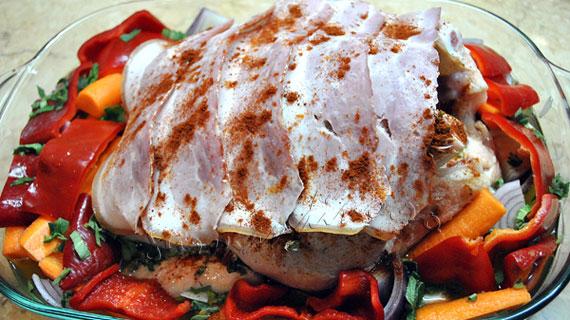 Pui intreg la cuptor cu bacon, carnaciori si legume