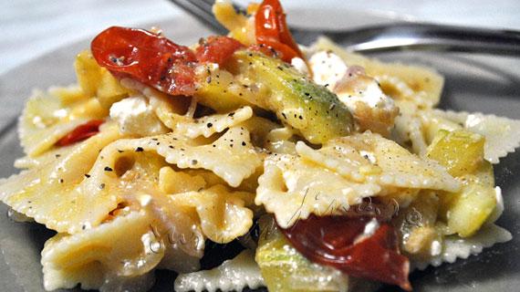 Salata de legume coapte cu paste si feta