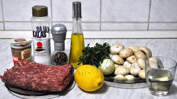 Chiftelute cu sos cremos de vin si ciuperci