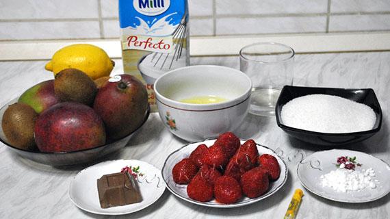 Pavlova cu mango, kiwi si capsune
