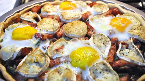 Tarta cu ciuperci, kaizer, branza de capra si oua coapte