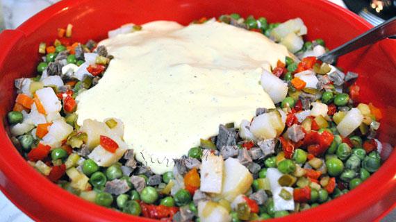 """Salata de bouef - """"vedeta"""" meselor de sarbatoare"""