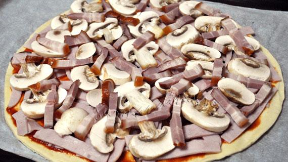 Pizza rapida cu sunca, kaizer si legume