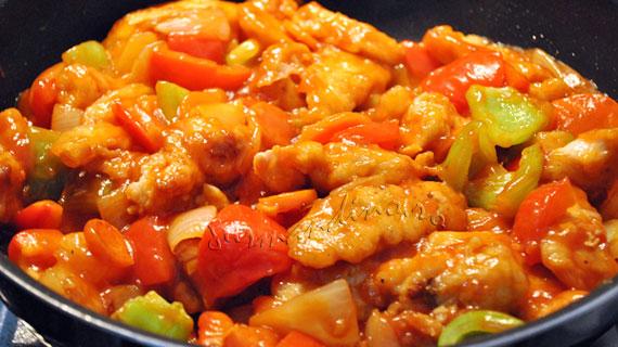 Pui chinezesc dulce-acrisor cu ananas si ardei
