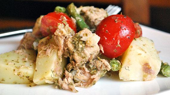 Salata cu ton, cartofi, rosii cherry, fasole verde si sos pesto