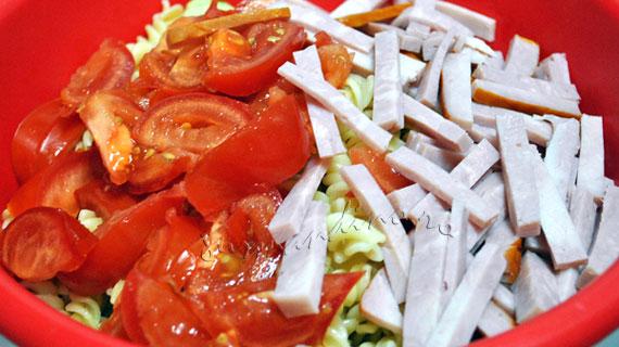 Salata rapida de paste, sunca si legume