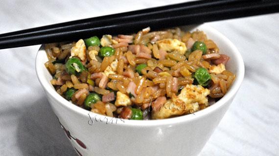 Orez prajit chinezesc cu sunca, oua, mazare si ceapa verde