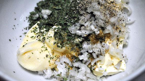 Avocado umpluti cu salata de creveti, telina si ridichi