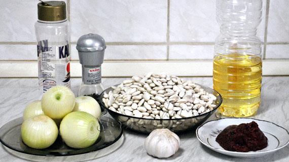Fasole batuta cu ceapa calita si salata de varza murata
