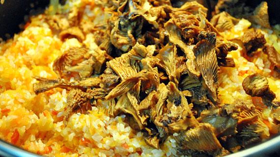Pilaf sarbesc cu ciuperci galbiori