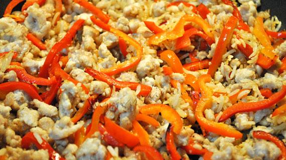 Salata thailandeza cu pui, ardei si ierburi