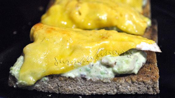 Sandwich-uri topite cu pui, avocado si Cheddar
