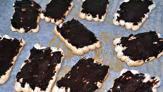 Bezele in ciocolata cu frisca si capsune