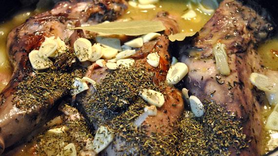Iepure in sos de vin rosu cu ciuperci