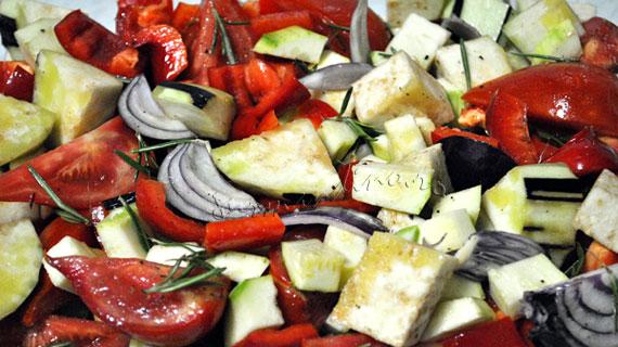 Pui la cuptor cu legume si rozmarin