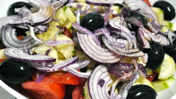 Salata greceasca - salata cu rosii, castravete, masline, Feta si oregano