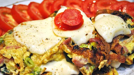Omleta cu afumatura, ceapa verde si mozzarella