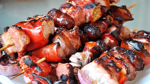 Frigarui de porc cu legume, kaizer si carnaciori