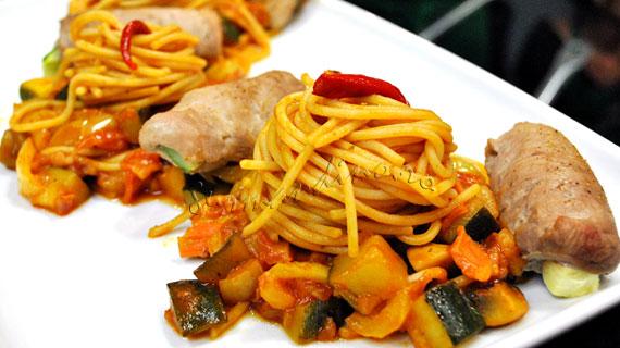 Involtini de porc cu legume  si spaghete