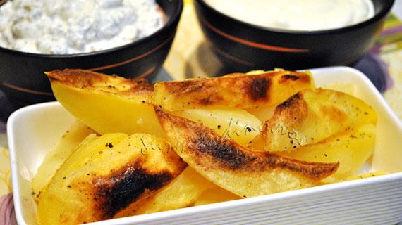 Cartofi la cuptor cu sos de branza si sos de smantana cu usturoi