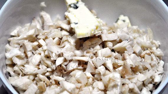 Ciuperci umplute cu branza albastra, parmezan si muguri de pin