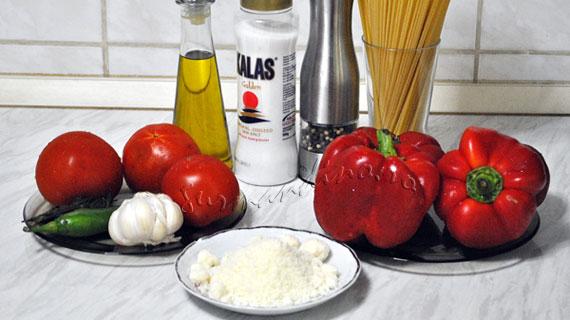 Paste cu sos de gogosari copti, rosii si parmezan