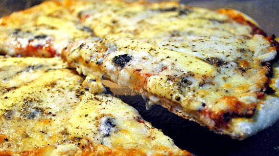 Pizza Quattro Formaggi - pizza cu mozzarella, gouda, roquefort si parmezan