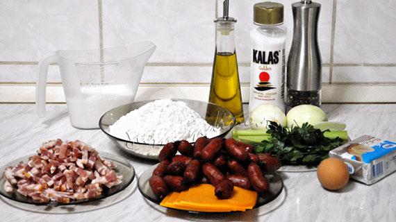 Tarta cu bacon, carnaciori picanti si branza Cedar