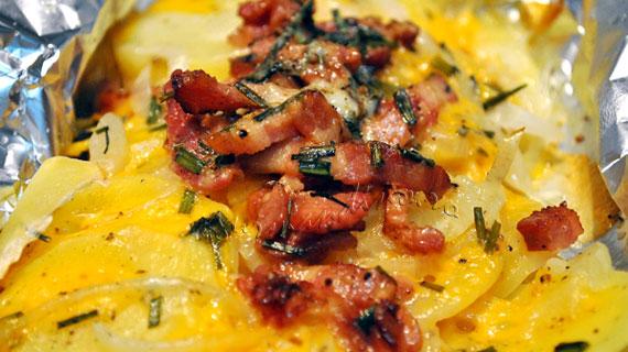 Cartofi in folie, cu bacon, mozzarella, cedar si parmezan