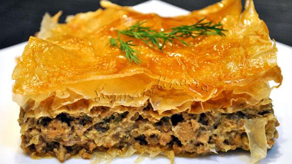 Placinta cu carne, ciuperci, sos de soia si marar