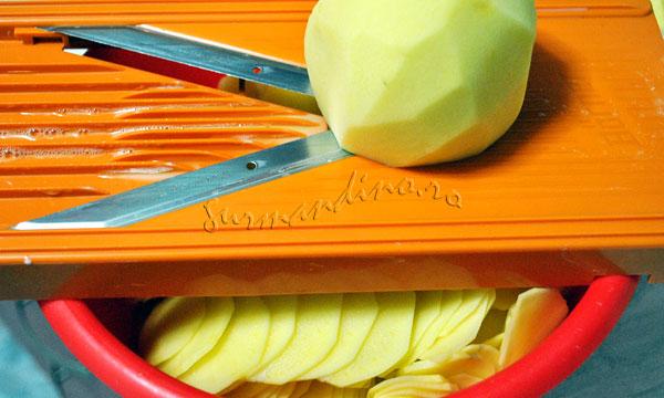 Gratin dauphinois - cartofi la cuptor cu smantana, usturoi si nucsoara