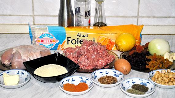 Placinta de Craciun cu doua feluri de carne, fructe uscate si alune de padure