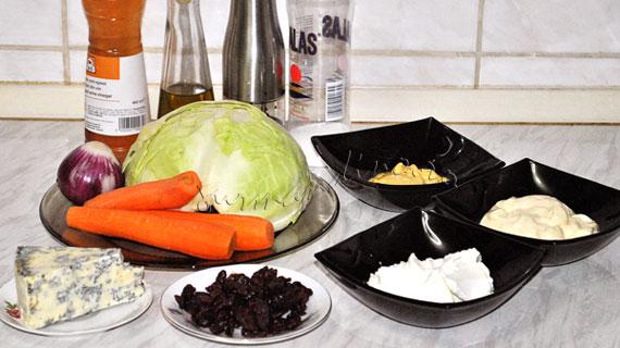 Salata de varza cu morcov, sos de branza albastra si merisor