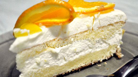 Tort cu blat pufos, mousse lejer de lamaie si decor de portocala