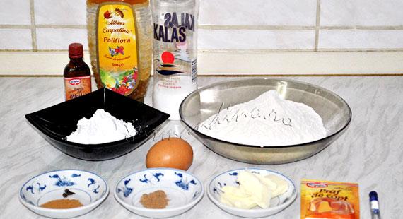 Turta dulce cu miere, scortisoara, cuisoare, nucsoara si glazura de zahar cu albus