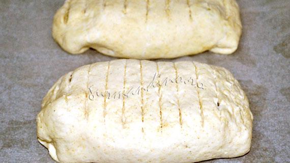 Varza calita cu carnati in paine de casa