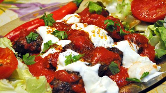 Yogurtlu Kebab - frigarui turcesti din carne tocata, cu sos de iaurt si rosii
