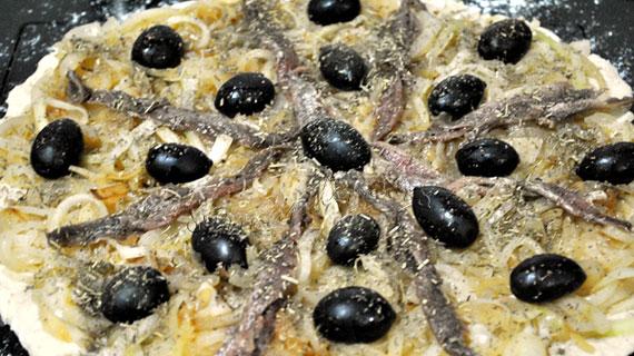 Pissaladiere - pizza alba cu ansoa, masline si ceapa