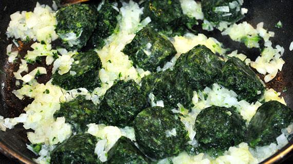 Kulibiac (coulibiac) de somon cu spanac, orez si sos de smantana cu lamaie si marar