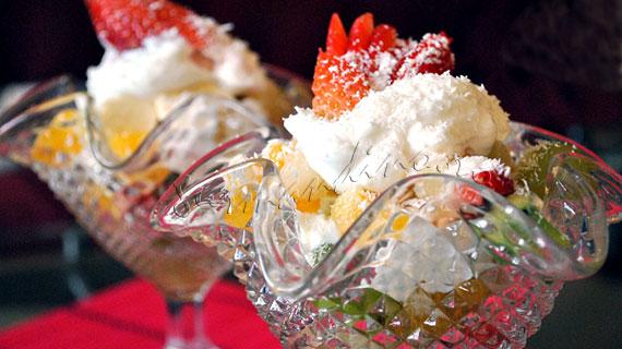 Salata de fructe Ambrozia, cu iaurt, bezele si fulgi de cocos