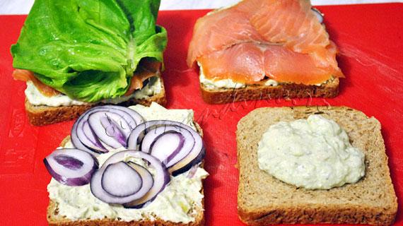 Sandwichuri cu somon fume, avocado, salata verde si wasabi