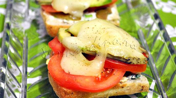 Sandwichuri calde cu branzeturi, avocado si rosii