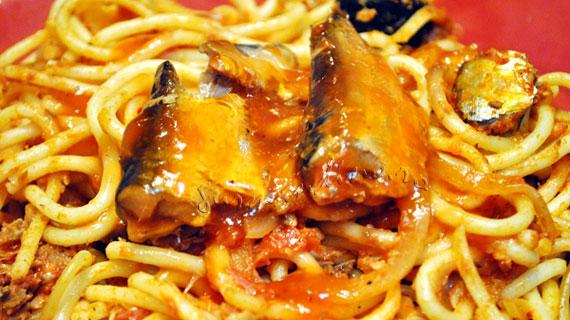 Spaghete cu sardine, masline si capere, in sos de rosii